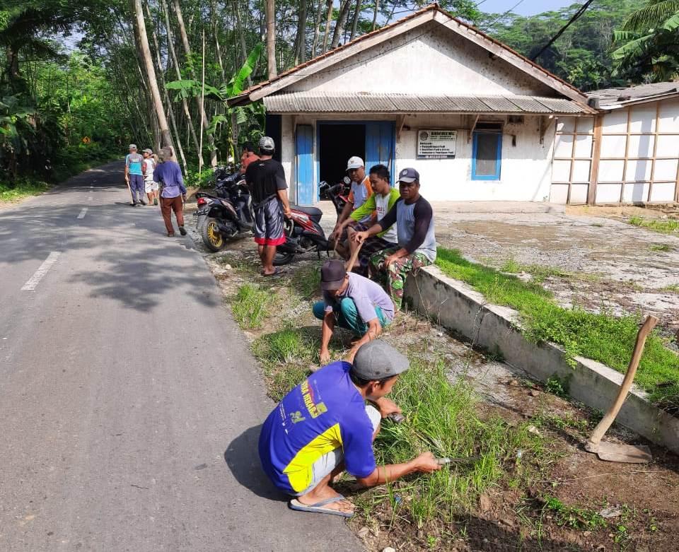 Warga RW 03 Desa Darmakradenan, Kecamatan Ajibarang, sedang melakukan bersih- bersih lingkungan, Minggu (15/03).